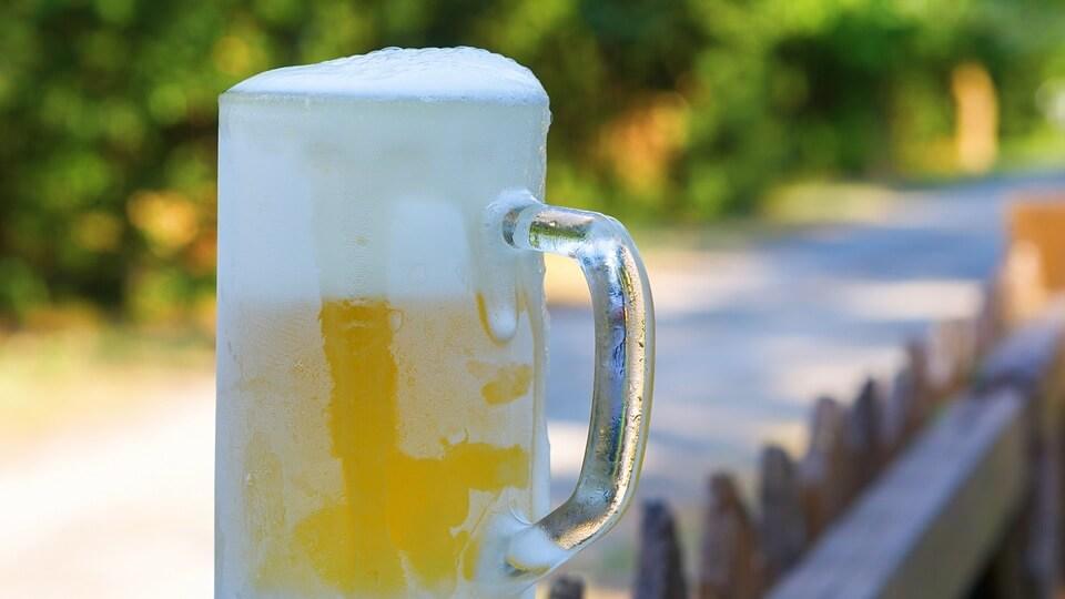 冷えたビールジョッキ