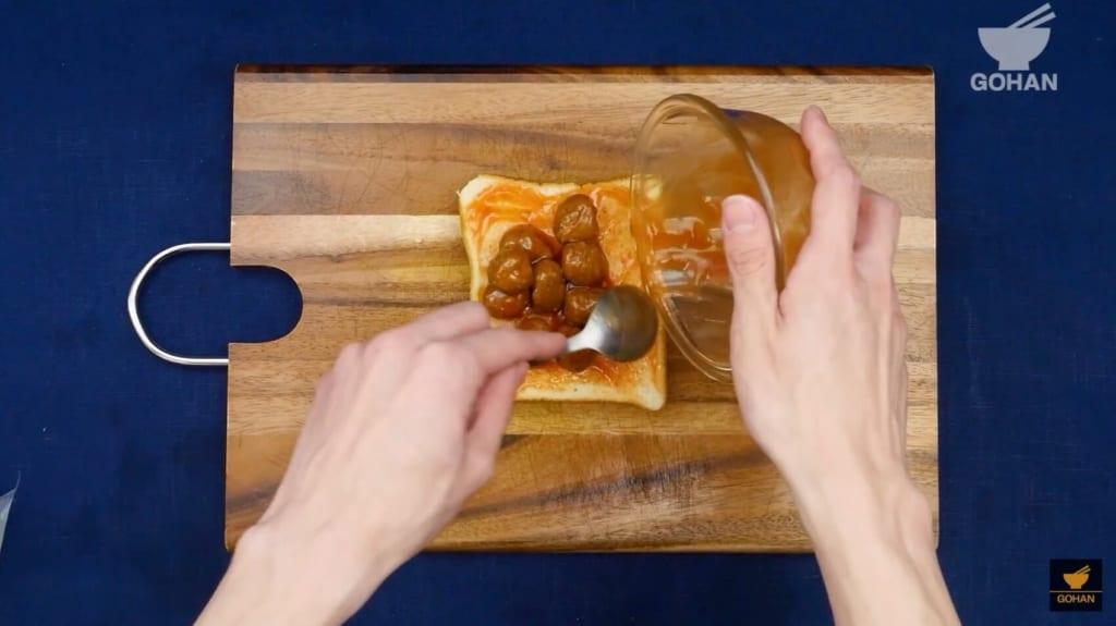 ミートボールを食パンに乗せている