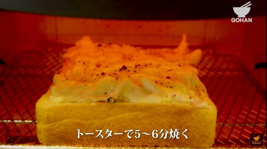 トースターで食パンを焼いている