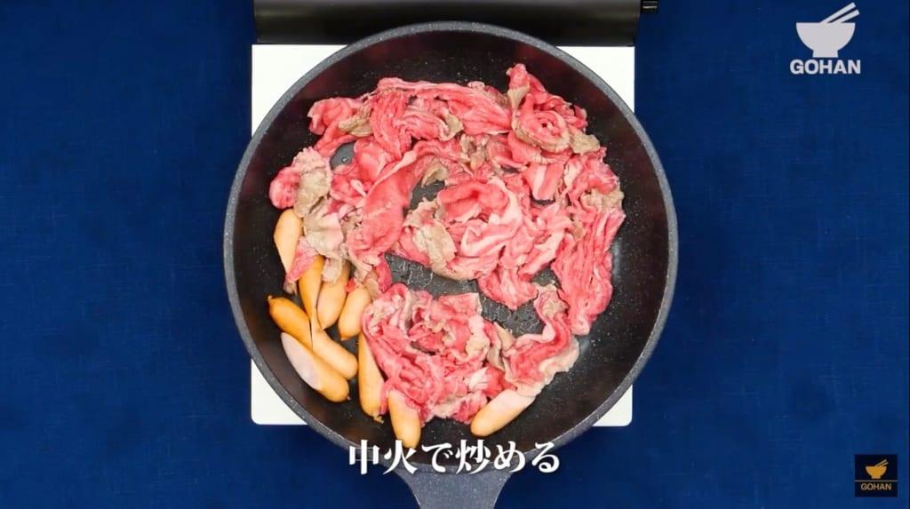 ウインナーと牛肉を炒めている
