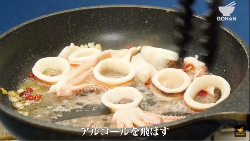 イカを炒めている