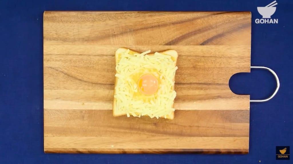 卵がのった食パン