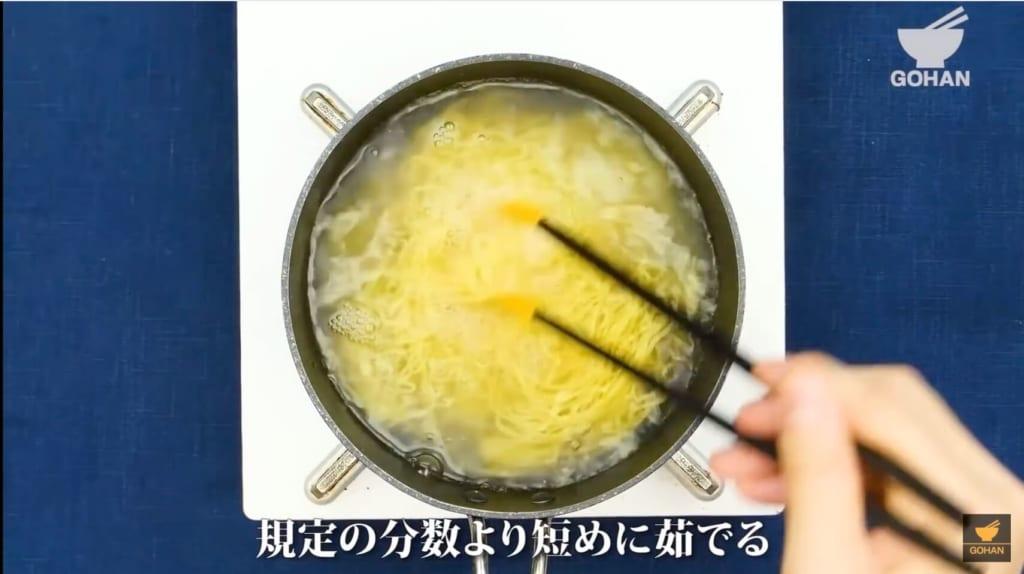 麺を茹でている