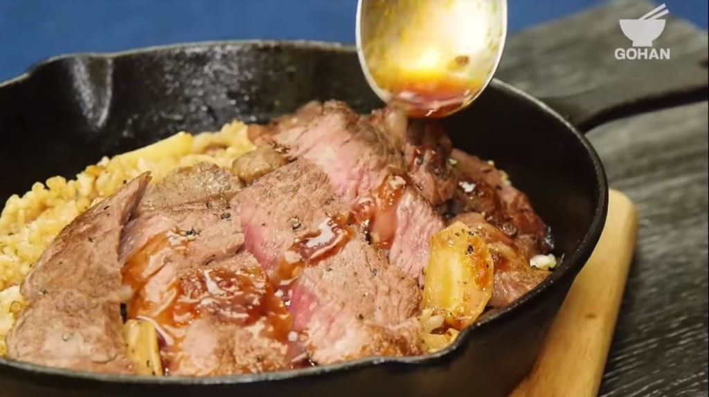 ソースをお肉の上にかける