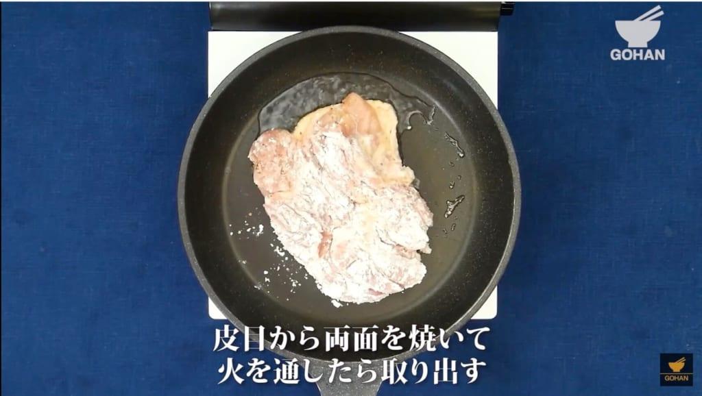鶏肉に片栗粉をまぶしている