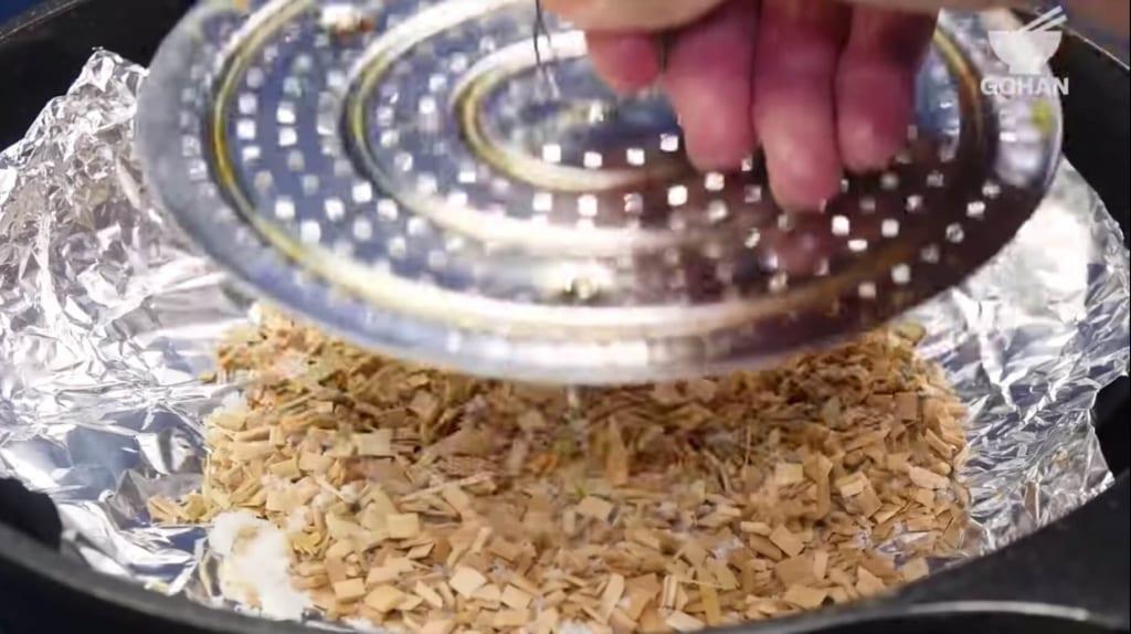 桜チップと砂糖を混ぜて網を置く