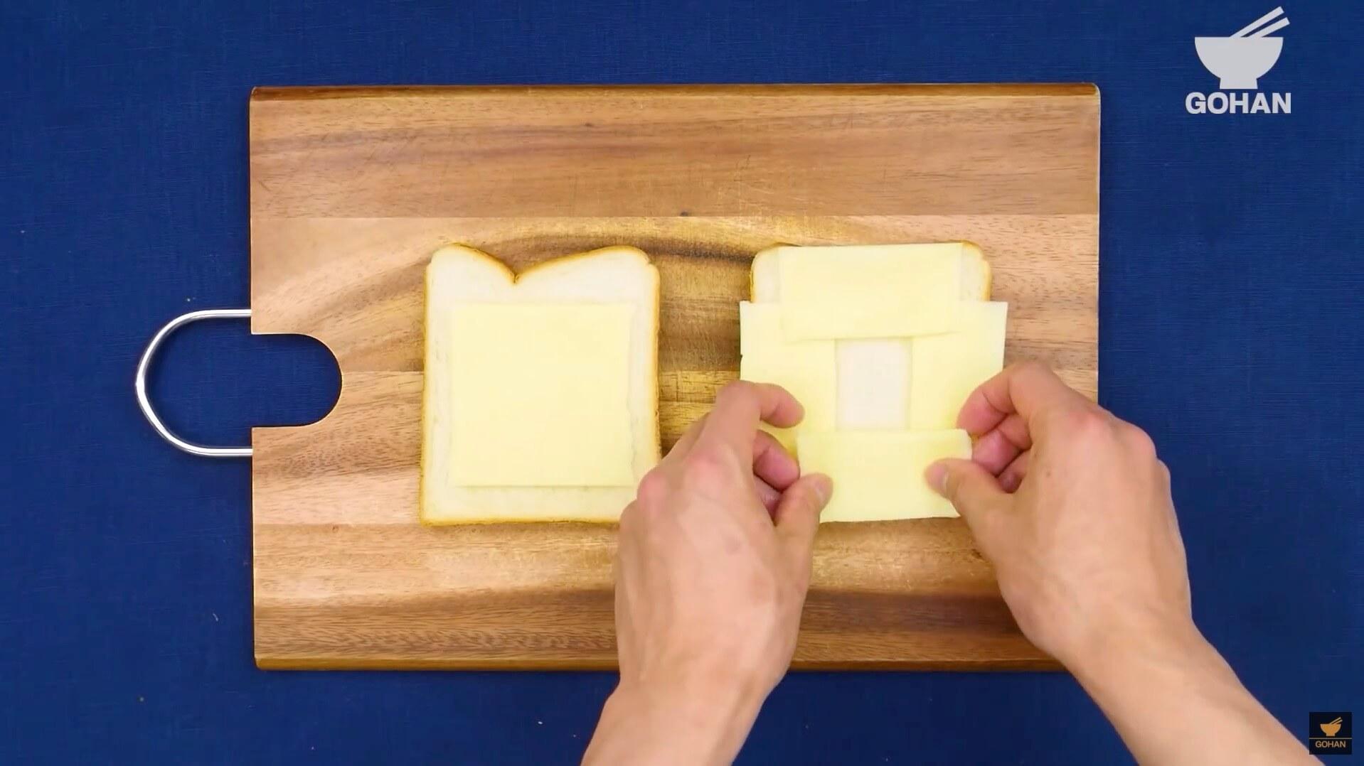 トーストにチーズを乗せている