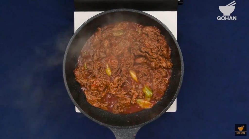 炒めた牛カルビ肉