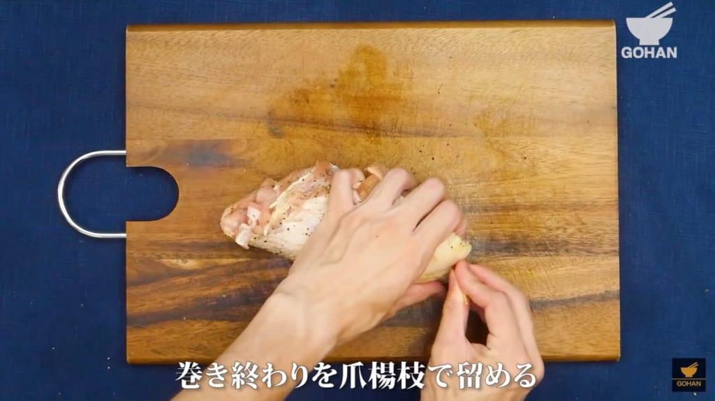 丸めた鶏肉を爪楊枝で留めている
