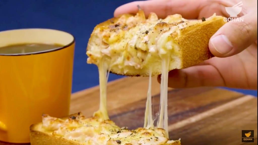 チーズが伸びたトースト