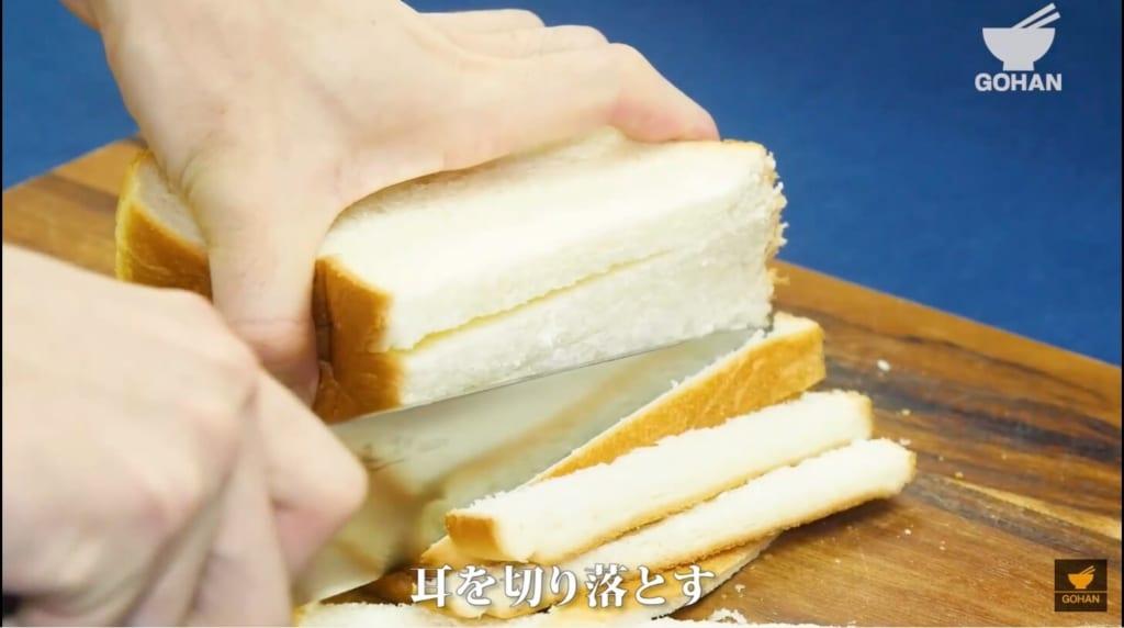 食パンの耳を切っている