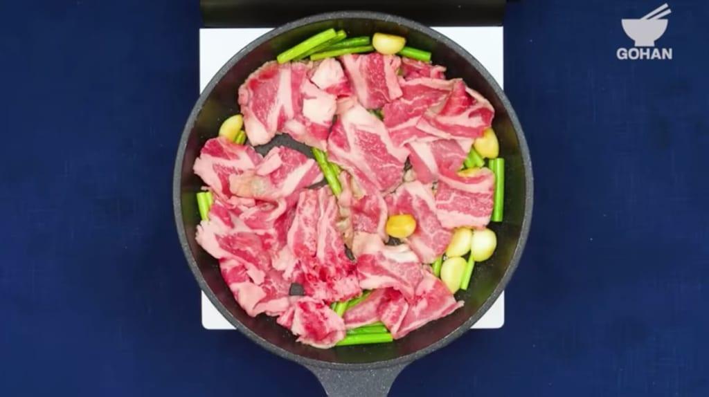 牛肉を加える