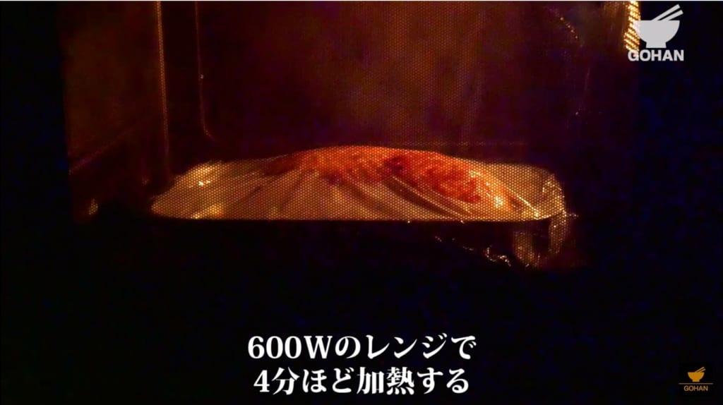 鶏肉を電子レンジで加熱している