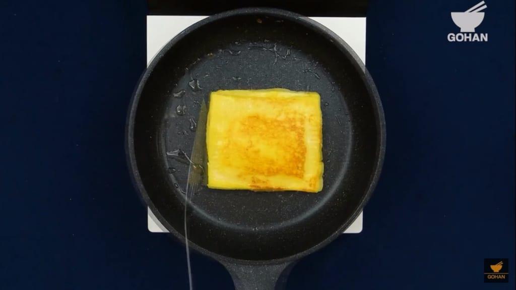 フレンチトーストを焼いている