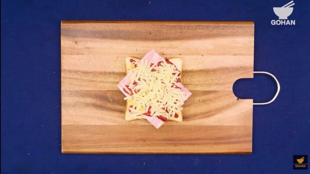 チーズを散らした食パン
