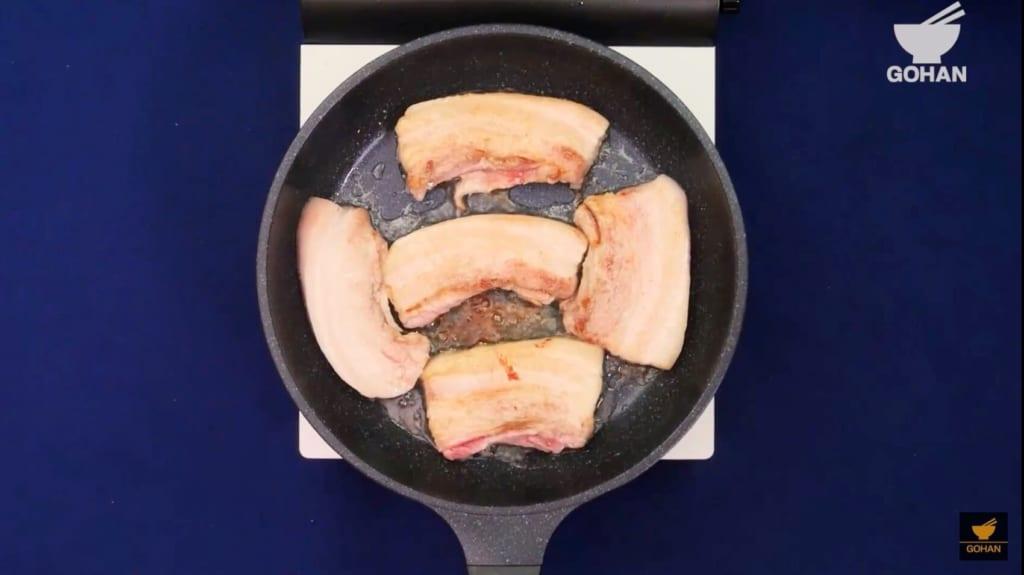 豚肉を焼いている
