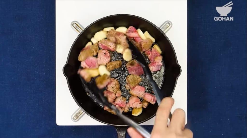 にんにくとお肉を炒める