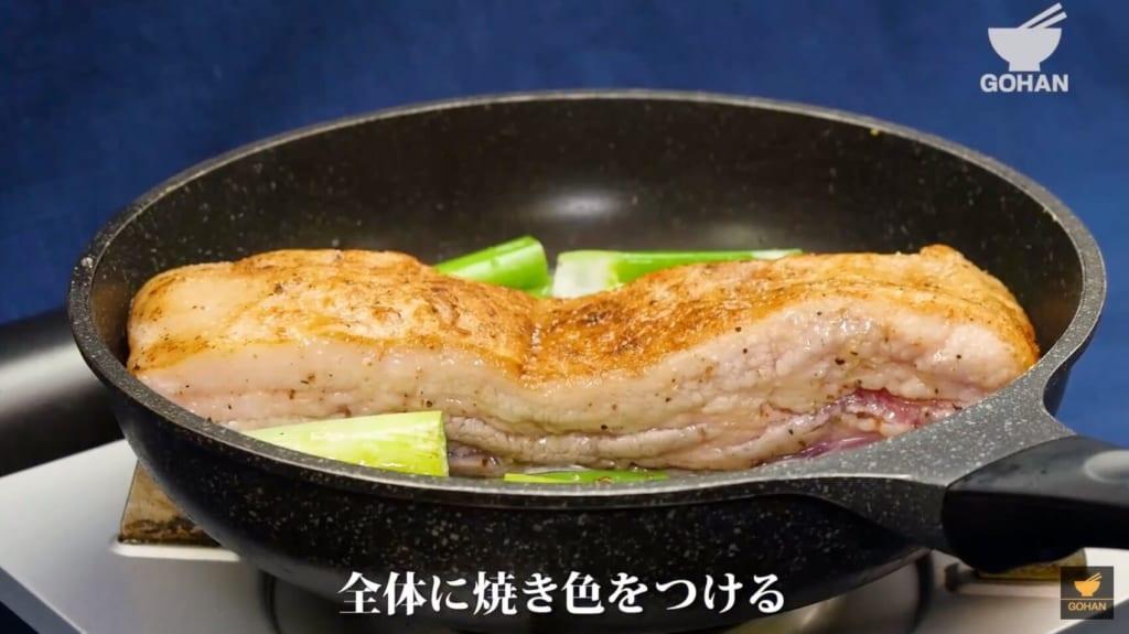 肉を焼いている