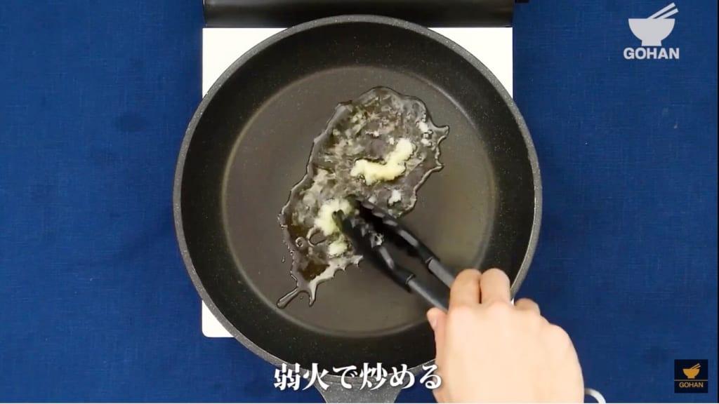 にんにくを炒めている