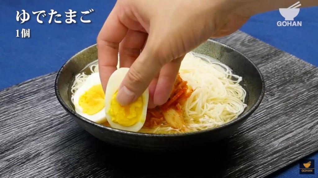 素麺にゆで卵をトッピング