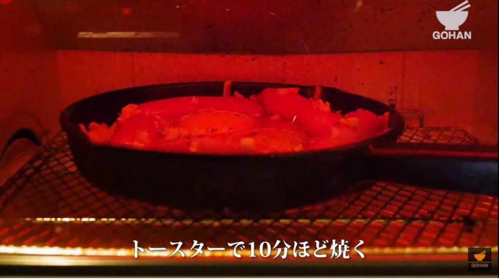 スキレットをオーブンで加熱している