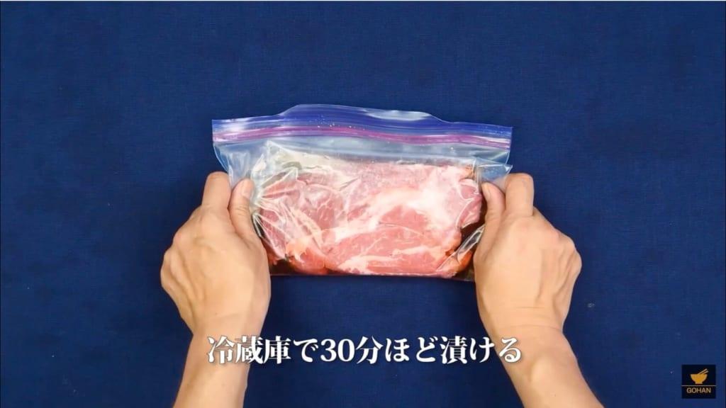 肉を漬けている