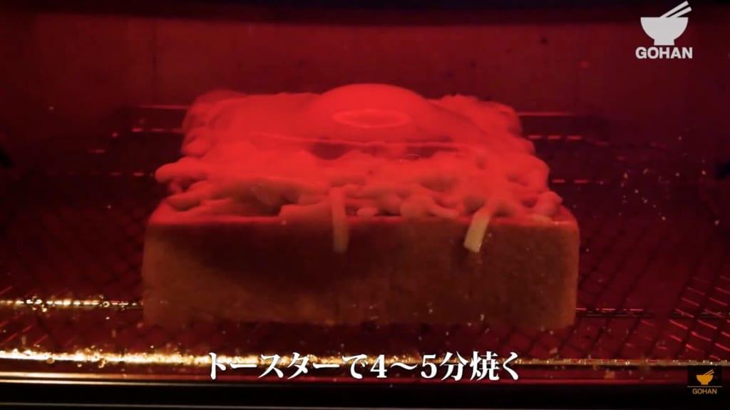 食パンを焼いている