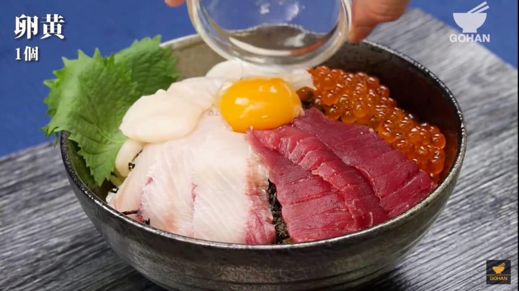 卵黄がのった海鮮丼