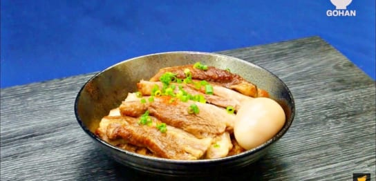 豚バラブロックとゆで卵が載った丼