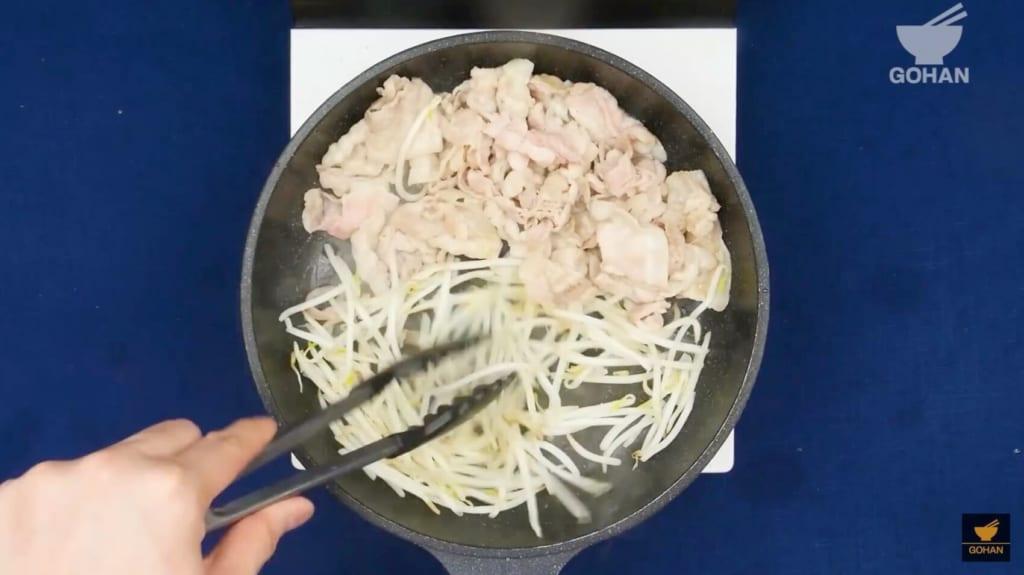 豚肉ともやしを炒めている