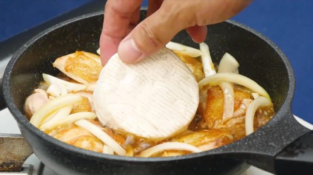 カマンベールチーズを入れる