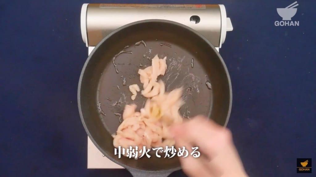 鶏肉を炒めている