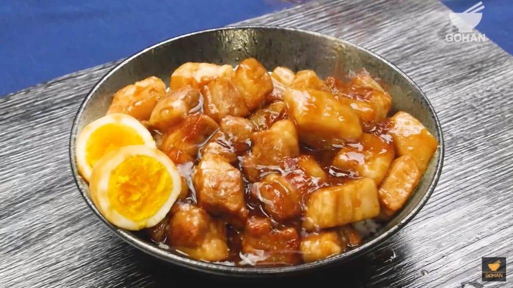 卵と豚肉が乗ったご飯