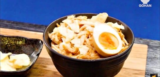 ゆで卵をのせた丼