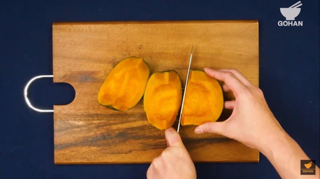 かぼちゃを切っている