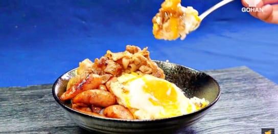 ウインナーと目玉焼きがのった丼レシピ
