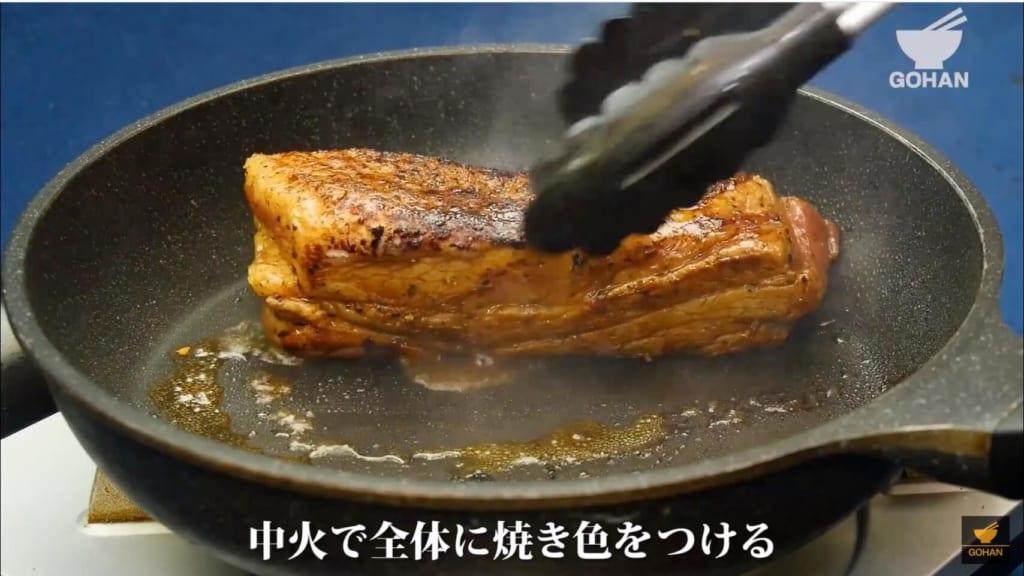 豚ブロック肉を焼いている
