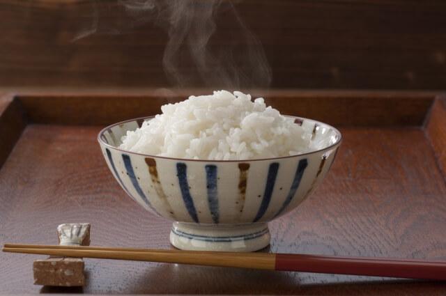 茶碗に盛り付けた白米