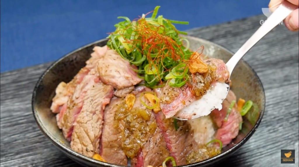 牛肉ステーキの丼レシピ