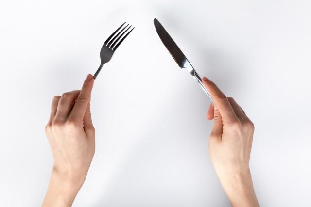 ナイフとフォークを持っている