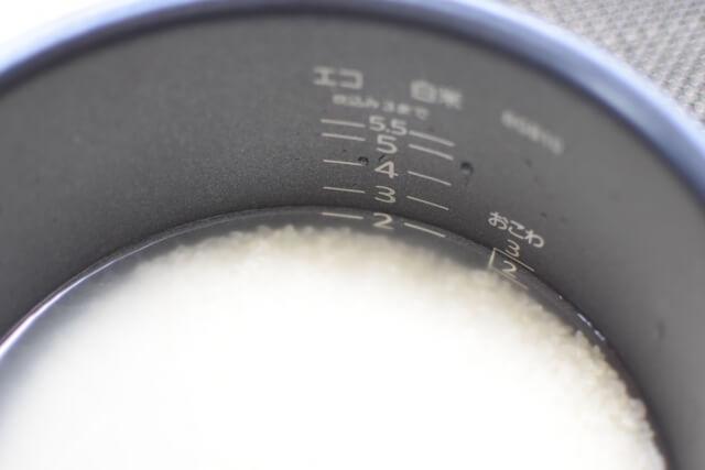 炊飯釜に入れた米