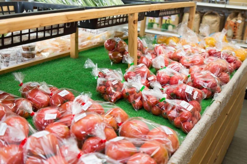 陳列された袋詰めのトマト