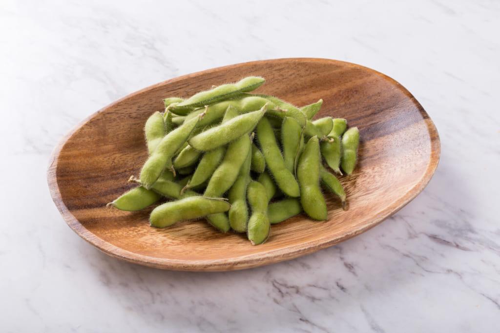 木皿に盛り付けた枝豆