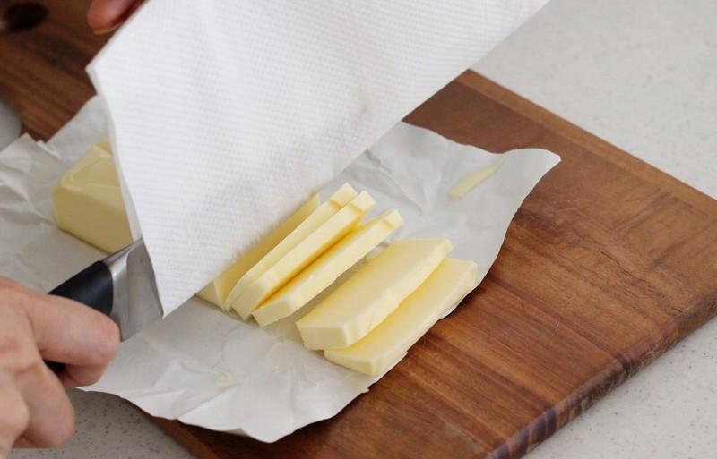 バターをカットしている