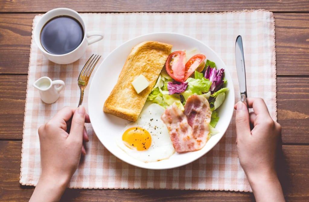 ベーコンとトーストの朝食