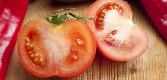 半分にカットされたトマト