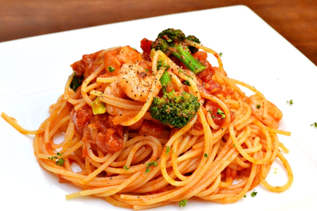 美味しそうなエビとブロッコリーのトマトパスタ