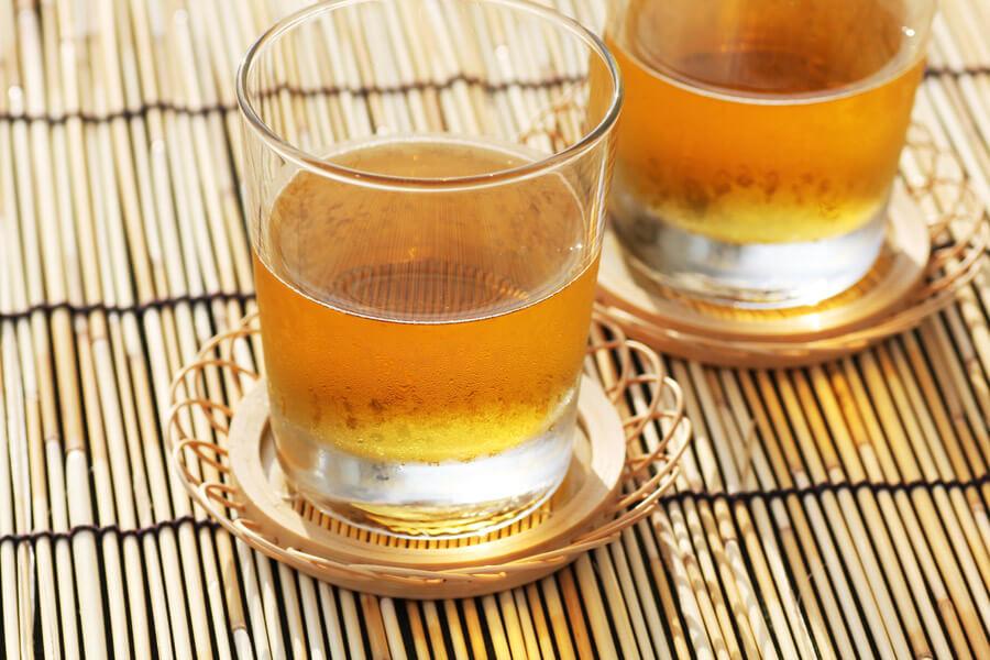 麦茶が入ったグラス