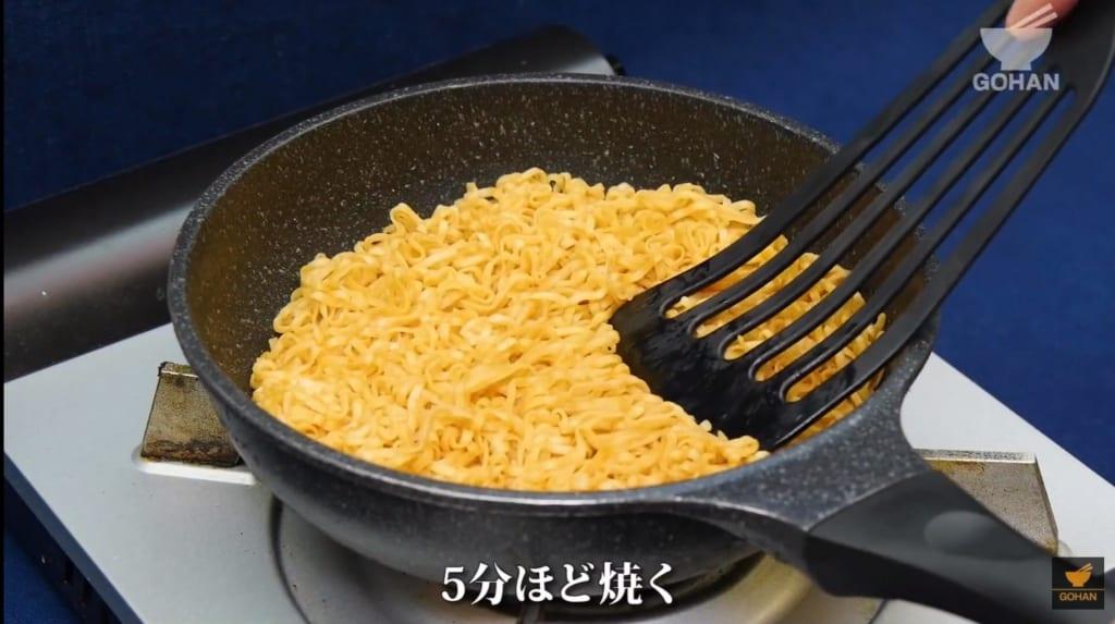 麺を焼いている