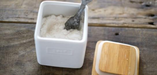 容器に入った塩